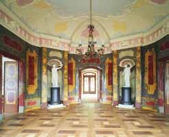 Festsaal mit farbigem Stuckmarmor und filigraner Stuckdecke