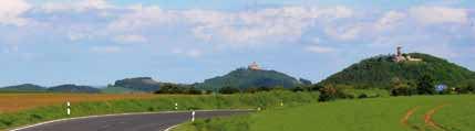 Landschaft mit ein Strasse in vordergrund im Hintergrund sind auf Berge die drei Gleichen zusehen