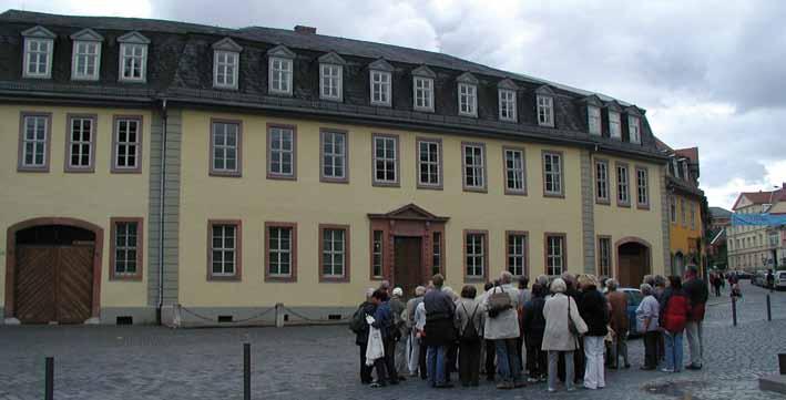 Menschengruppe vorn Nationalmuseum